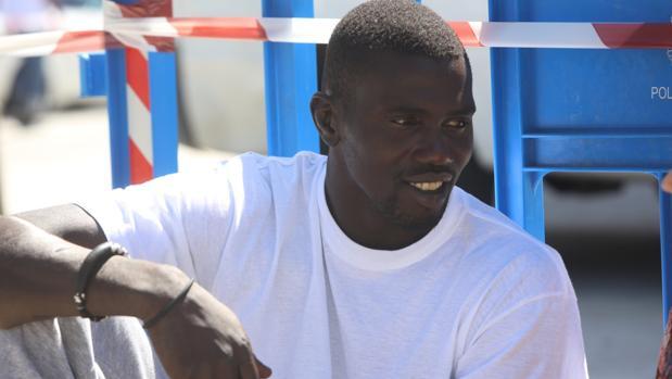 Mamsa Ngom sentado en el exterior de la pabellón Mirandilla
