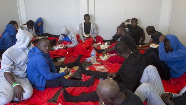 Unos sesenta subsaharianos que fueron desembarcados el martes en Barbate pasaron la noche en unos módulos habilitados.