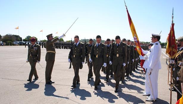 Pasando bandera de uno a uno en el acto de juramento