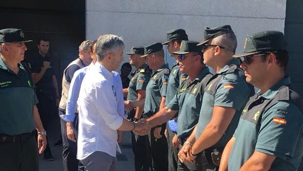 El ministro saludando al Cuerpo de la Guardia Civil.