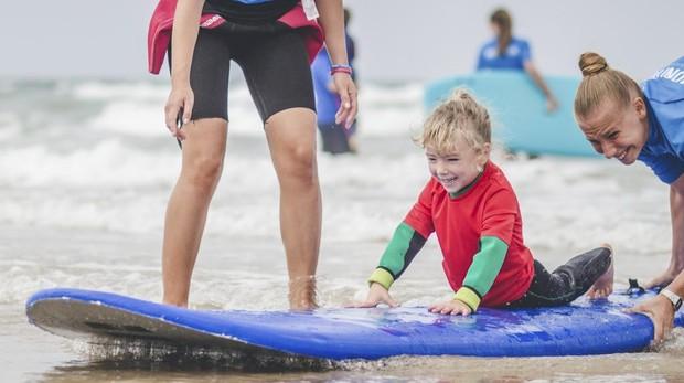 Los programas de surf terapéutico trabajan la motricidad, el aprendizaje, las competencias mentales, el ocio a través del juego y el control del estrés
