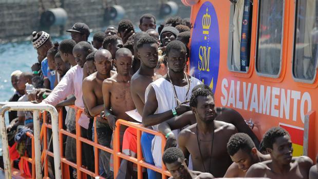 Inmigrantes en las embarcaciones de Salvamento Marítimo en el puerto de Tarifa.