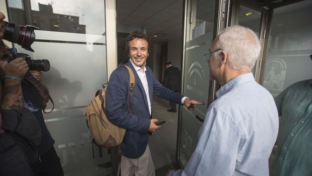 El alcalde José María González 'Kichi', en la entrada al Juzgado por el Caso Loreto.