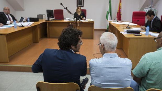 El alcalde José María González 'Kichi', con José Vicente Barcia y Manuel Bauza.