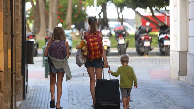 Turistas es martes por el centro de Cádiz con maletas