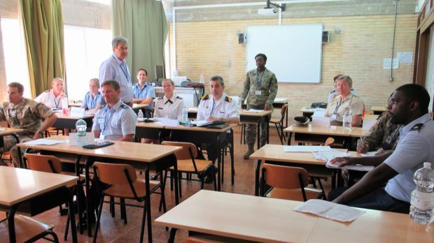 Una de las clases a las que han asistido los reservistas voluntarios de diferentes países.