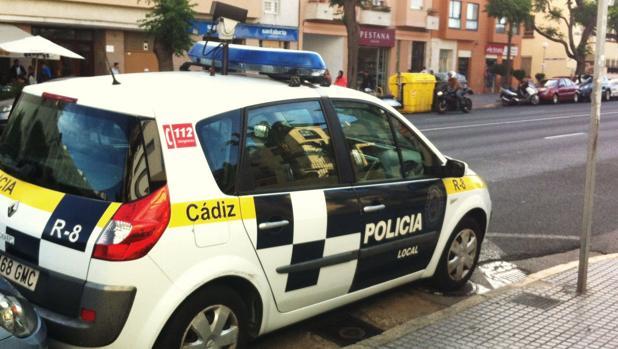 Un vehículo de la policial local patrulla por la avenida principal