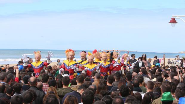 La playa se ha revelado como un escenario para el Carnaval de Cádiz.