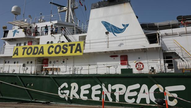El buque 'Esperanza', tras la llegada a Cádiz por su campaña 'A Toda Costa'.