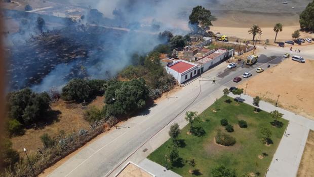 El incendio ha podido ser controlado por los bomberos antes de alcanzar la zona de viviendas.