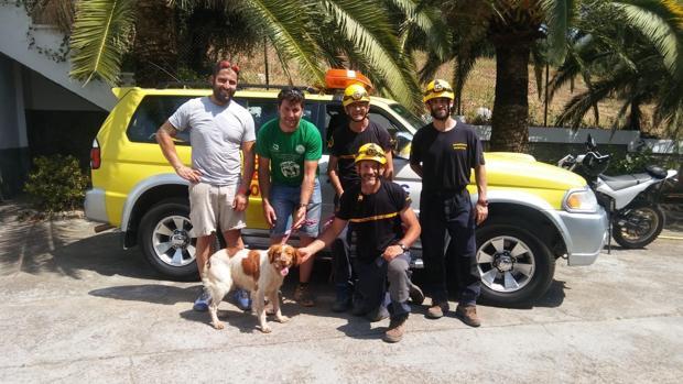 Los bomberos participantes en el rescate con el perro.