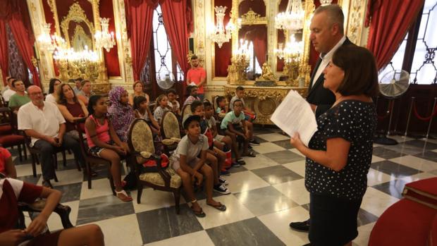 Los responsables de Diputación dando la bienvenida a los niños participantes en 'Vacaciones en paz'.