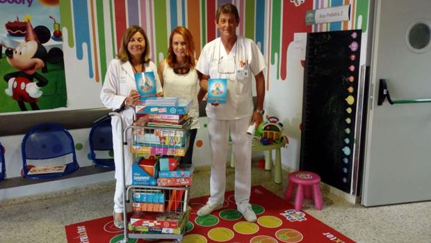 Rocío Sepúlveda en la entrega con la subdirectora del hospital, Pepa Cabeza de Vaca y el jefe de bloque de UGC de Peditría, Carlos López Rojas.