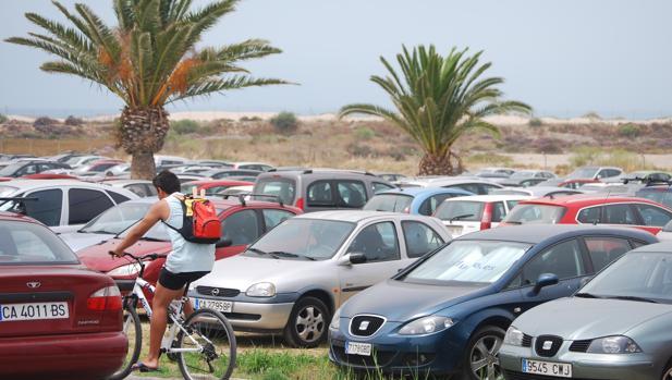 Imagen de uno de los aparcamientos de la playa de Camposoto.