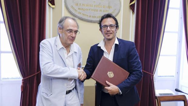 Pascual y el alcalde en la firma del convenio.