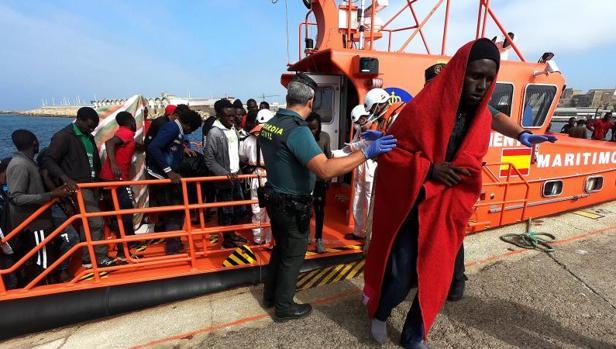 Uno de los 87 migrantes llegados hoy al puerto de Crinavis, en San Roque.