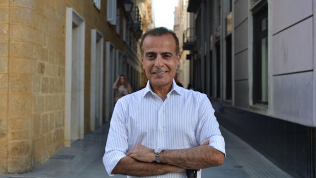 Mohamed Jaham Al Kuwari en la plaza de San Agustín tras la visita institucional al Ayuntamiento gaditano