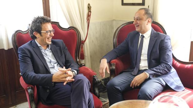 El delegado del Gobierno y el alcalde durante la reunión.