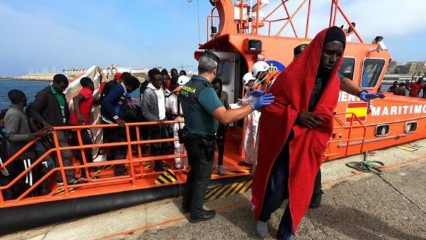 Migrantes desembarcando en el puerto de Algeciras.