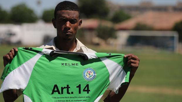 Abdou Issa, jugador de Álma de África, posando con la camiseta del equipo