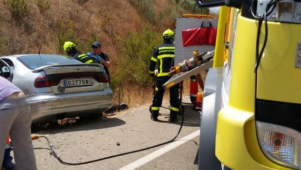 La mujer quedó atrapada en uno de los vehículos que quedaron en la cuneta