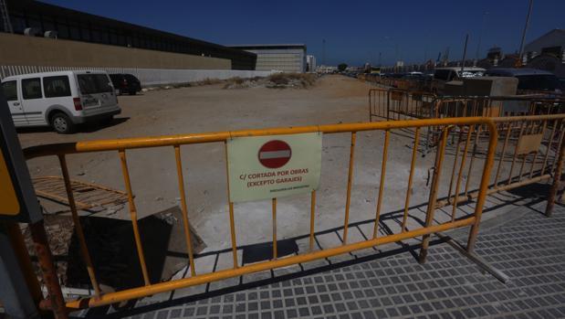Las vallas anuncian las obras en la Avenida de Astilleros