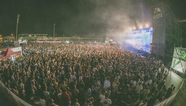 Una imagen del numerosos público asistente a uno de los conciertos ayer en Brota Música
