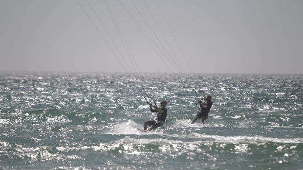 En las playas gaditanas hay multitud de lugares donde disfrutar del mar y el deporte