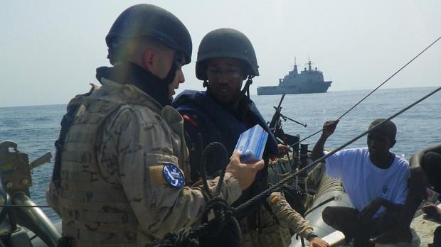 Uno de los militares españoles en el momento de la asistencia.