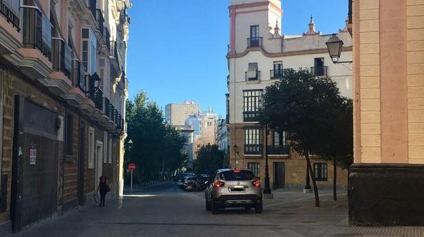 Un coche circulando por Argüelles hacia la plaza de España tras la peatonalización.