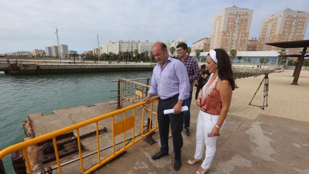 Aspecto actual del paseo marítimo, en el que las barandillas han sido sustituidas por vallas.