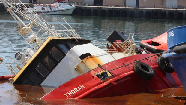 El buque, semihundido en el muelle