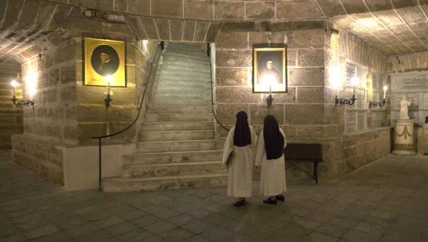 La Catedral de Cádiz alberga tesoros e historias en sus paredes de roca ostionera.