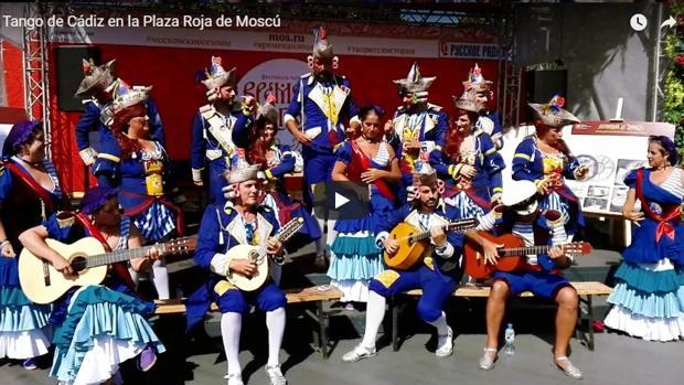 El coro de Luis Rivero cantando el tanguillo de Cádiz en la Plaza de los Teatros