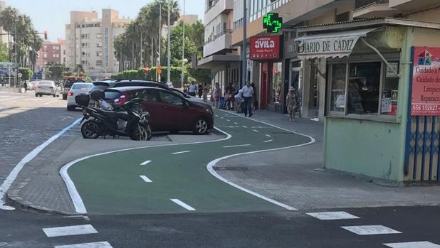 Imagen del carril bici sorteando un quiosco situado en la plaza de Asdrúbal.