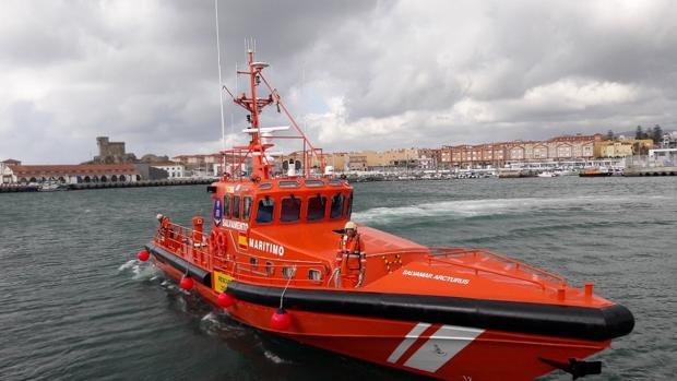 Salvamar que ha rescatado la embarcación hinchable.