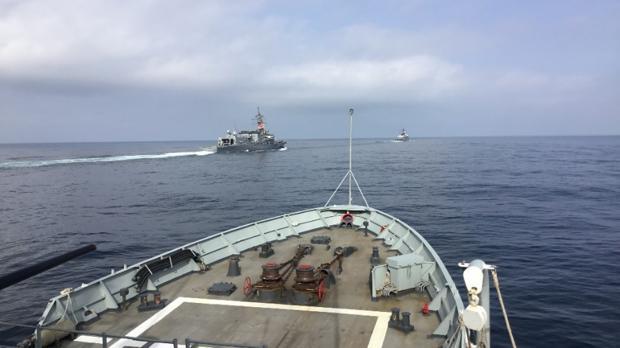 La cubierta del 'Vigía', con los dos barcos japoneses a proa.