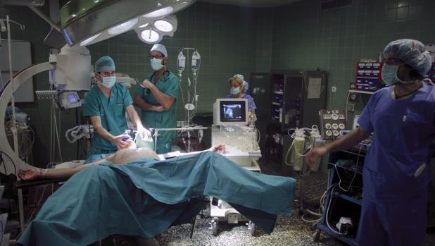 Foto de archivo de una intervención quirurgica.
