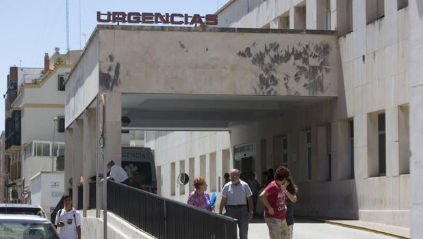 Los familiares de los intervenidos en el Hospital Puerta del Mar recibirán la información a través del teléfono.