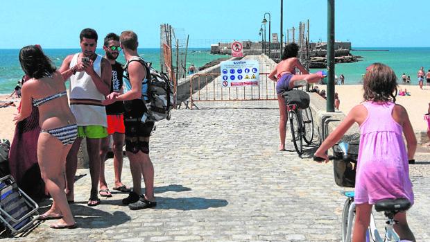 El paseo de acceso al castillo de San Sebastián continua cortado en pleno verano.