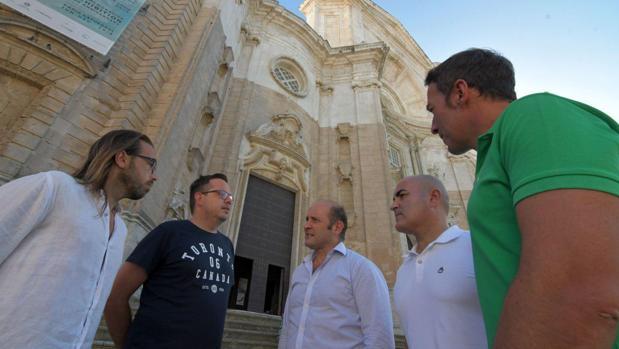 Juancho Ortiz, con miembros de la asociación ADIP en la Catedral.