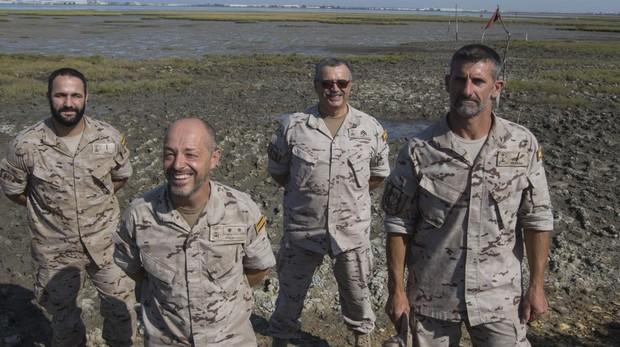 De izq. a der., soldado Pérez, teniente coronel Palmero, suboficial mayor Naranjo y cabo primero Iglesias.