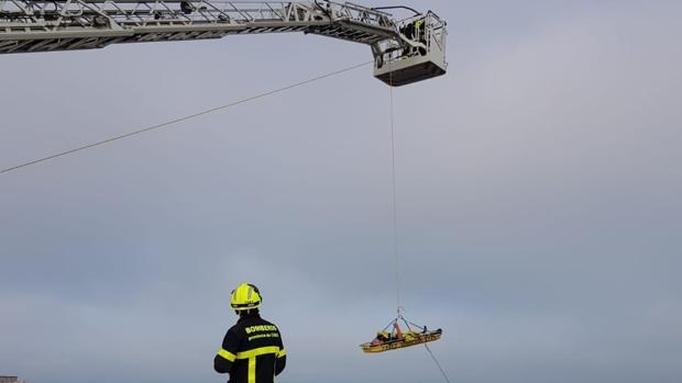 Los bomberos en un momento del rescate
