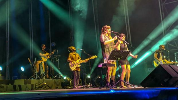 La artista manchega Rozalén durante su actuación el sábado en Chiclana.