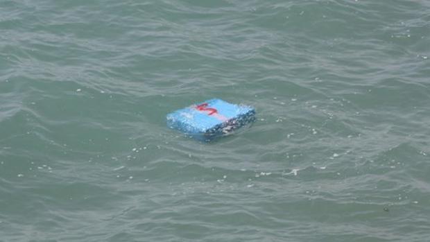 Un fardo de hachís, flotando en el agua en otra intervención.