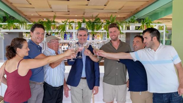 El alcalde de Vejer, con responsables del restaurante.