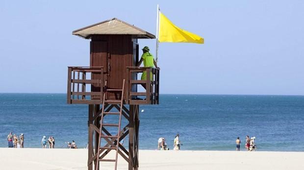 Playa gaditana con bandera amarilla que indica que el baño está permitido con precaución