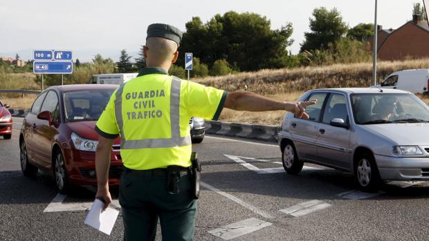 La Guardia Civil vigila el trafico en las carreteras españolas.