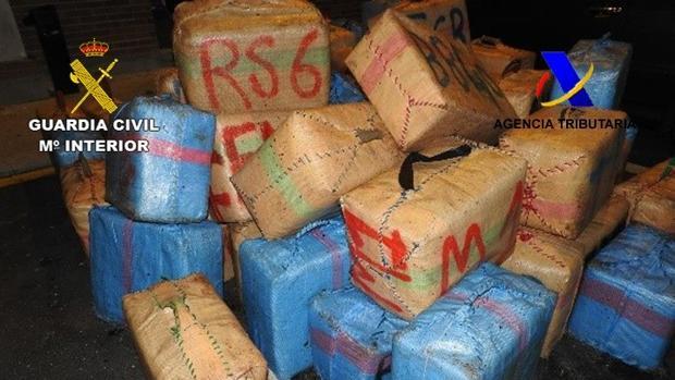La Guardia Civil ha intervenido dos toneladas de hachís.