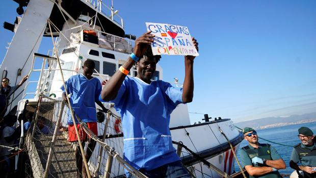 Migrantes desembarcando del barco de Open Arms en el puerto de Crinavis, en San Roque.